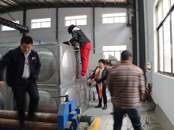 天津文廣集團劉部長在湖南盈通總經理陪同下驗收無負壓供水設備