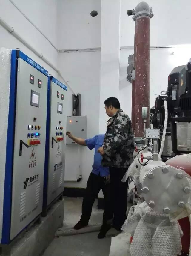 盈通售后人员对湘潭县中医院变频恒压供水设备例行的巡检现场